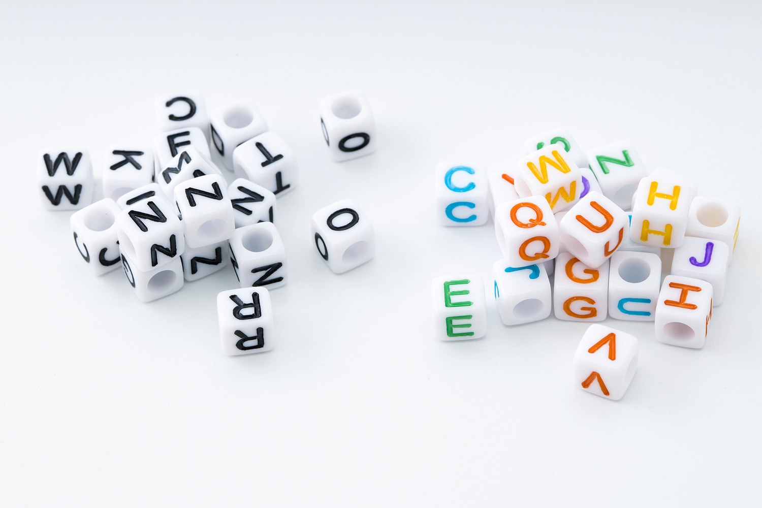 [V7-VC3] Acrylic letter beads (Cube), Acrylic, Plastic letter charm, Unique charm, Random mixed letters 50g (approx. 350 pcs)(V7-G3,V7-G3C)