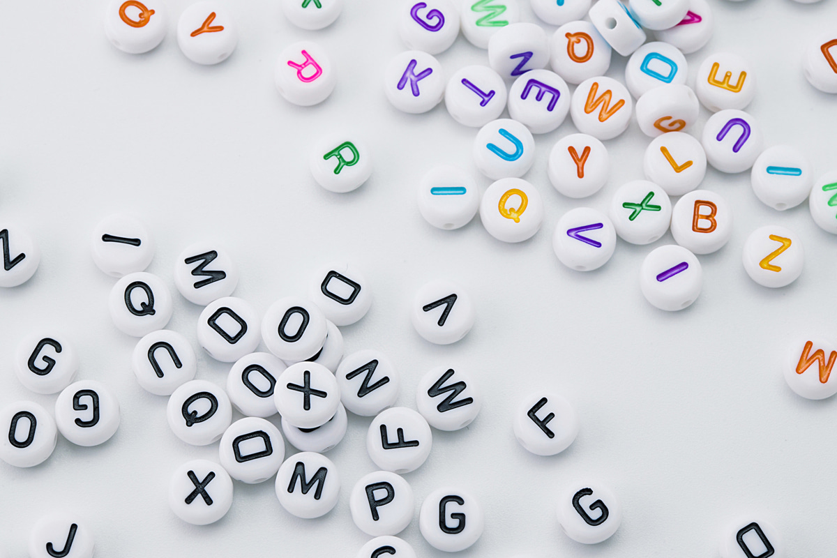 [V7-VC1] Acrylic letter beads (Round), Acrylic, Plastic letter charm, Unique charm, Random mixed letters 50g (approx. 370 pcs)(V7-G1,V7-G1C)